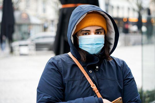 Salie, 18 ans, est arrivée à la faculté de droit de Reims en septembre 2020. Elle est venue seule chercher un kebab gratuit à l'Istanbul, en centre-ville, pour s'aérer et voir du monde.