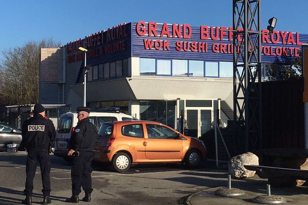 La police judiciaire effectue des relevés sur un parking situé à une centaine de mètres de la discothèque Le Cube à Chambéry.