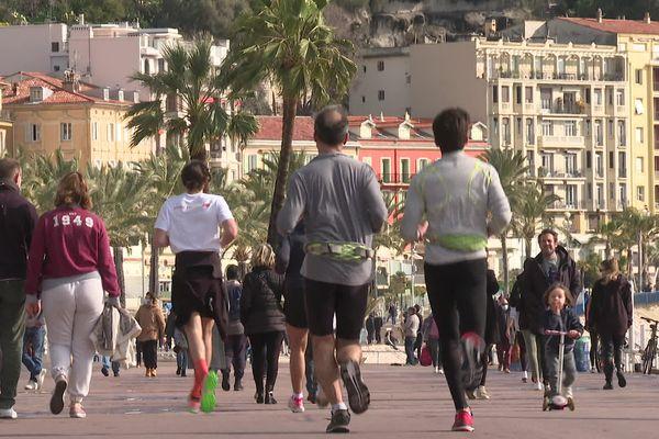 Des coureurs sur la Promenade des Anglais à Nice.