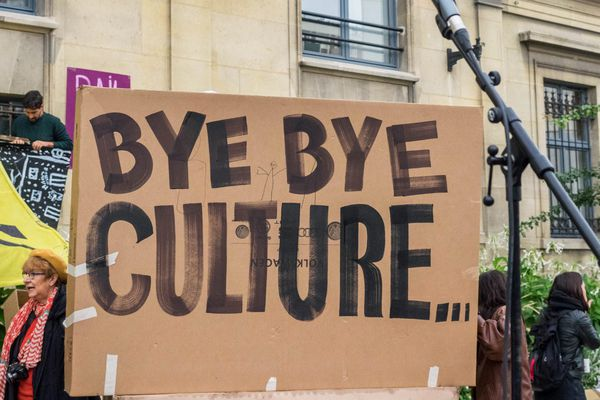 Le 12 octobre, un rassemblement s'est tenu devant l'hotel de ville de Saint-Ouen pour protester contre l'expulsion du centre culturel Mains d'Œuvres.