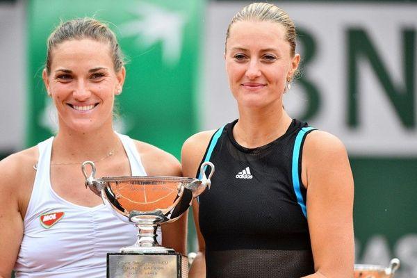 Kristina Mladenovic (à droite) et la Hongroise Timea Babos, sacrées à Roland-Garros.