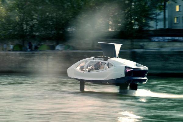 Une SeaBubbles, sorte de taxi volant, sur la Seine pour un essai à Paris le 16 septembre 2019.