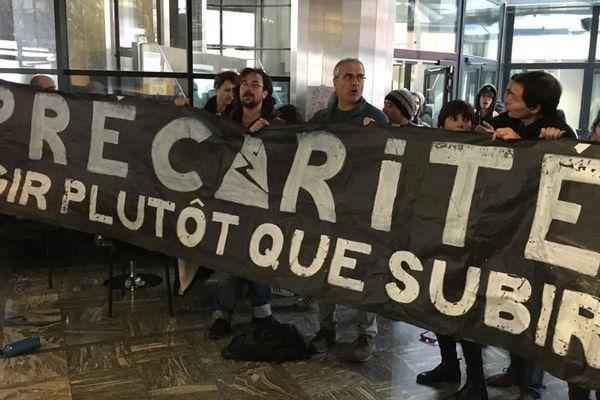 Les manifestants dans le hall de la Direccte.