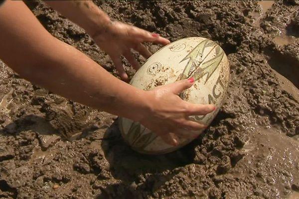 Le plus dur, c'est d'attraper le ballon, une fois qu'il sera recouvert de boue