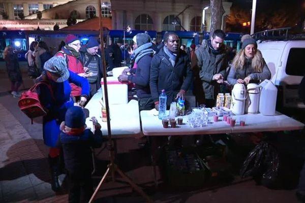 Distribution alimentaire à Antigone par l'association SOS SDF