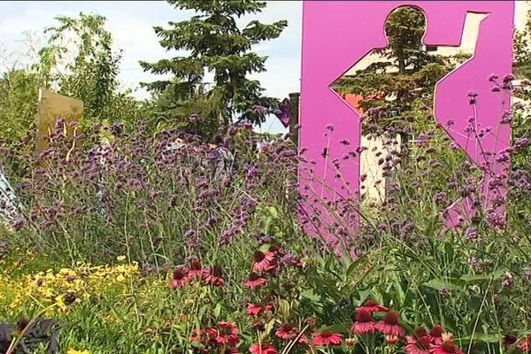 """Un des jardins de la Saline royale aux couleurs du """"flower power""""."""