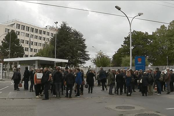 Des journalistes de Ouest-France réunis devant le siège du quotidien à Chantepie