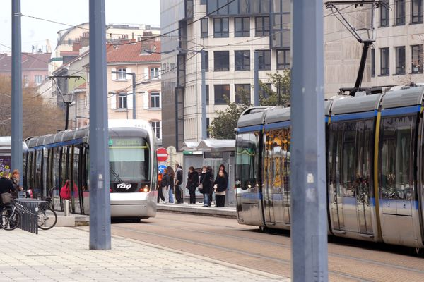 La question de la gratuité des transports, portée par un collectif, revient sur le devant de la scène avant les élections municipales à Grenoble.