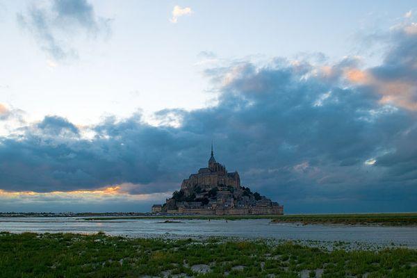 Le Mont St Michel entre nuages et clarté, ce DIMANCHE.