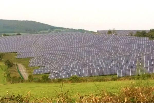 Le champ de production d'électricité photovoltaïque à Chalmoux (Saône-et-Loire) produit une puissance maximale de 10 Megawatts. La Bourgogne est une région qui produit beaucoup d'électricité photovoltaïque.