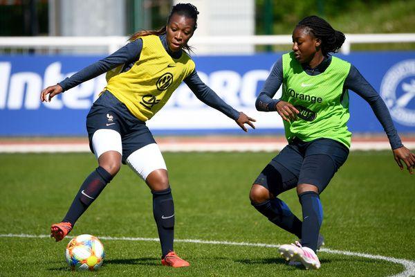 Grace Geyoro (gauche) et Aissatou Tounkara à l'entraînement à Clairefontaine.