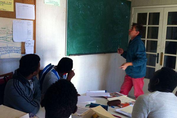 Une trentaine de mineurs isolés s'est installée dans un squat à Clermont-Ferrand. Ils sont encadrés par plusieurs associations : une pièce a été transformée en salle de classe.