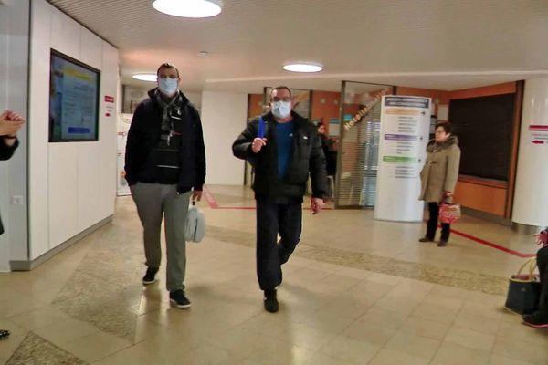 Dans le hall de l'hôpital, le personnel porte des masques pour prévenir la contamination ou la propagation du Covid-19