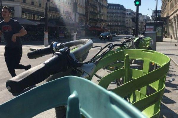Des vélos Vélib', devant la gare Saint-Lazare, à Paris, le 1er avril 2020.