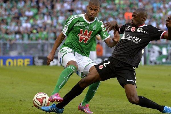 Le Rémois Mohamed Fofana face au joueur de Saint-Etienne Kevin Monnet-Paquet.