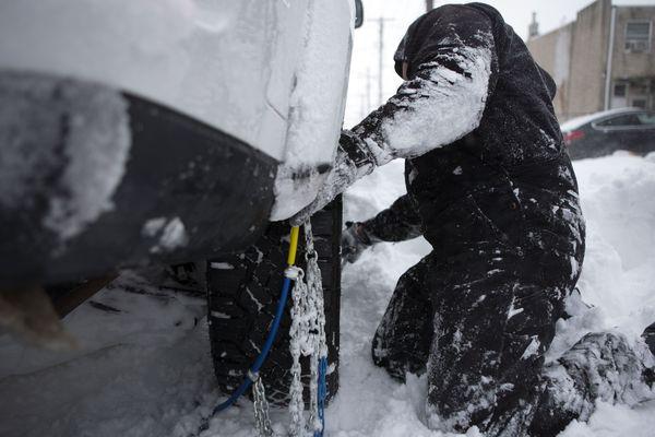 La préfecture du Cantal a décidé de rendre obligatoire les équipements spéciaux (pneus neige, chaussettes, chaînes) pour tous les véhicules sur la RN122 entre Vic-sur-Cère et Murat, les 27 et 28 janvier.