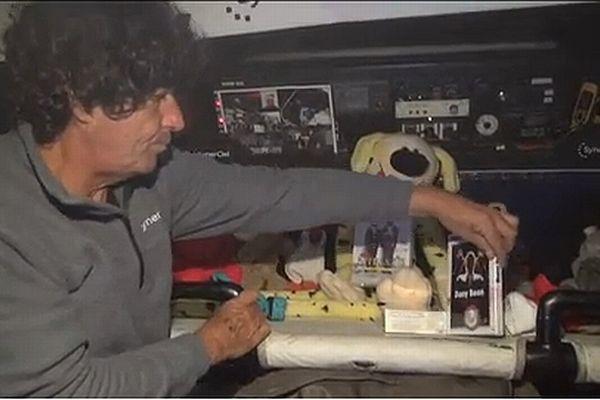 Sur son bateau avec ses cadeaux