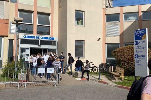 Les salariés devant la clinique de Champagne, à Troyes, jeudi 1er avril