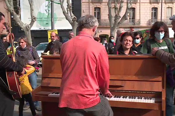 Perpignan - concert improvisé sur la place de la résistance, pour les intermittents du spectacles qui réclament la réouverture des lieux culturels pour survivre - 19 février 2021.
