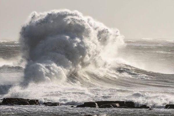 Il y a déjà de belles vagues à Lesconil ce 21 octobre 2017