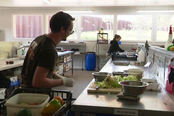 Préparation des repas au Bioparc de Doué-la-Fontaine à l'heure de la distanciation sociale
