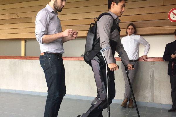 """Un """"robocop"""" pour paraplégiques en présentation à Poitiers"""