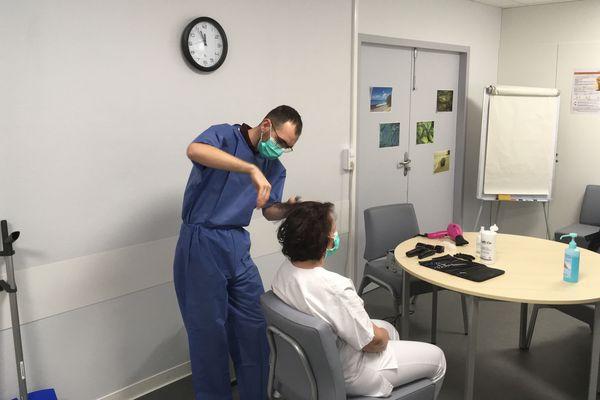 Coupe de cheveux à l'hôpital de Bayonne par Ludovic Massonne