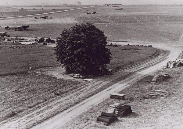 Construction de pistes bétonnées sur l'aérodrome de Cambrai-Niergnies (1940-1941). En arrière-plan, des bombardiers allemands Dornier sont stationnés.