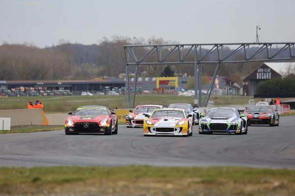 """Les """"Coupes de Pâques"""", traditionnel sommet de la saison GT4 qui attire la foule sur le circuit gersois de Nogaro, se disputeront cette années du 21 au 23 août."""