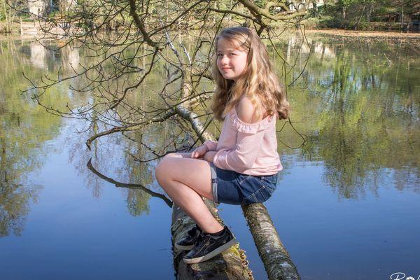 Louna pose pour son père quelque part dans les Ardennes