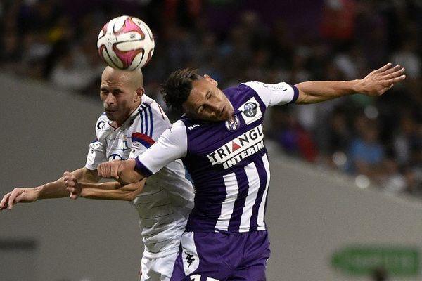 L'attaquant Toulousain Adrien Regattin confronté au défenseur Lyonnais Christophe Jallet