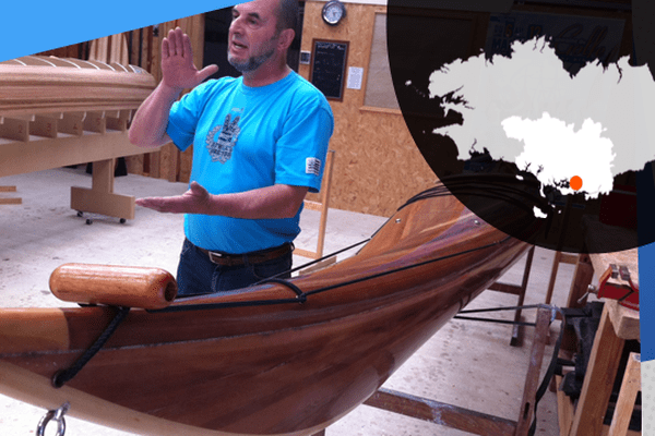 Alain Kerbiriou construit des kayaks ou des canoë en bois.