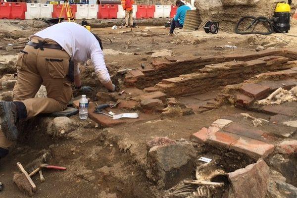 Les fouilles de la place Fournier à Limoges révèlent des squelettes et bien d'autres vestiges.