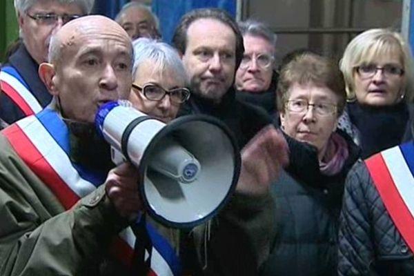 Claude Malhuret, maire de Vichy (03) lors d'un blocage en gare de Vichy du Paris-Clermont, après l'annonce de la suppression des arrêts Nevers, Moulins et Vichy pour le train de 18 heures.