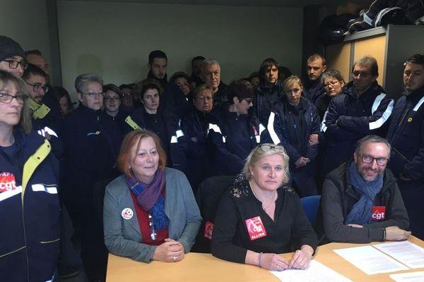 Quelque 52 salariés du centre de tri d'Yzeure, dans l'Allier, vont déposer plainte contre leur direction sur le fondement de manque aux obligations de l'employeur de garantir la santé et la sécurité.