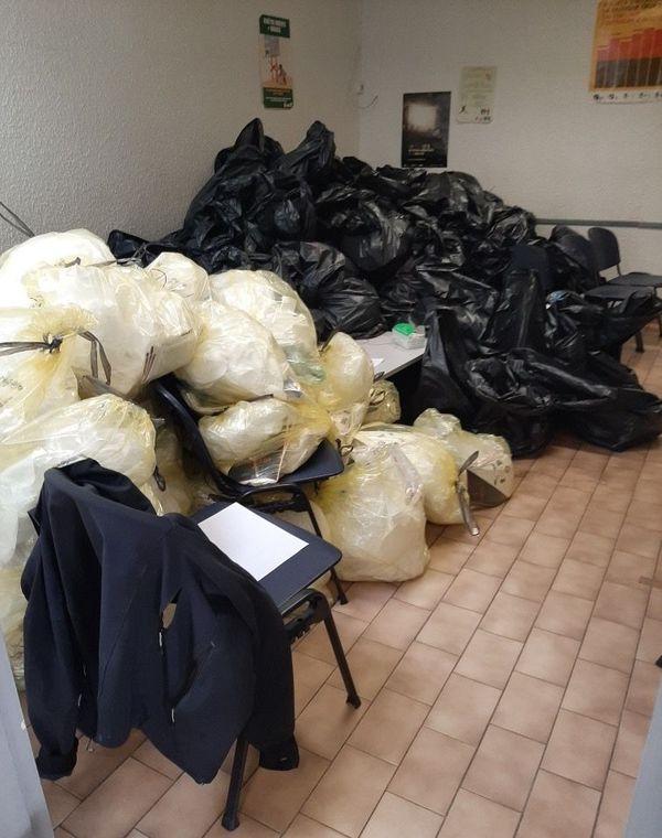 Les sacs contiennent les tenues propres de protection des infirmiers, jaunes pour le personnel du centre Covid d'Alès, noirs pour les autres infirmiers du réseau.