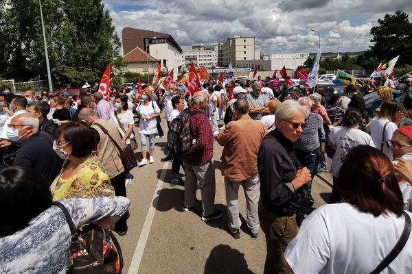 Près de 400 personnes ont manifesté devant le centre hospitalier d'Auxerre.