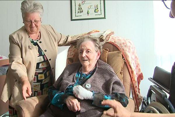 Les deux filles de Jeanine, atteinte de la maladie d'Alzheimer, lui rendent visite tous les jours dans son unité de vie à Hazebrouck.