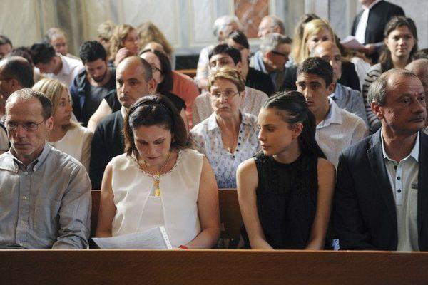 Valérie Lance, la mère d'Alexandre Junca, sa fille Virginie Junca et Philippe Junca (R), le père d' Alexandre, assis côte à côte au premier jour du procès le 7 juin 2016.