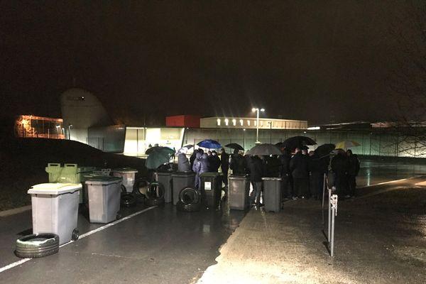 La vingtaine de surveillants en poste ce 11 décembre ne pouvant pas participer au piquet de grève, ce sont leurs collègues qui sont venus se rassembler sur leur jour de repos devant la prison.