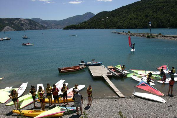 Les professionnels attendent avec impatience la reprise des activités sur les berges du lac de Serre-Ponçon.
