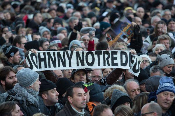 Des admirateurs de Johnny Hallyday assistent a l hommage populaire rendu au chanteur place de la Madeleine