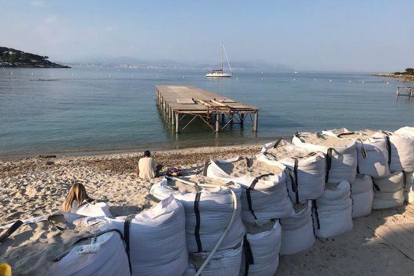 Avril 2021 : une centaine de big bags remplis de sable a été installée devant l'établissement de la plage Keller sur la plage de la Garoupe à Antibes (Alpes-Maritimes).
