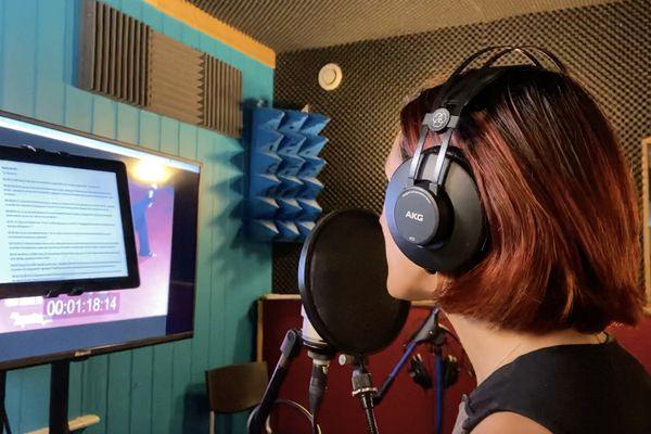 A Montrabé, près de Toulouse, une entreprise est spécialisée dans la voix-off. Emilie Lusseau, comédienne et coach vocal enregistre un épisode de sport de combat féminin, pour une chaîne de télévision africaine. Juillet 2021.