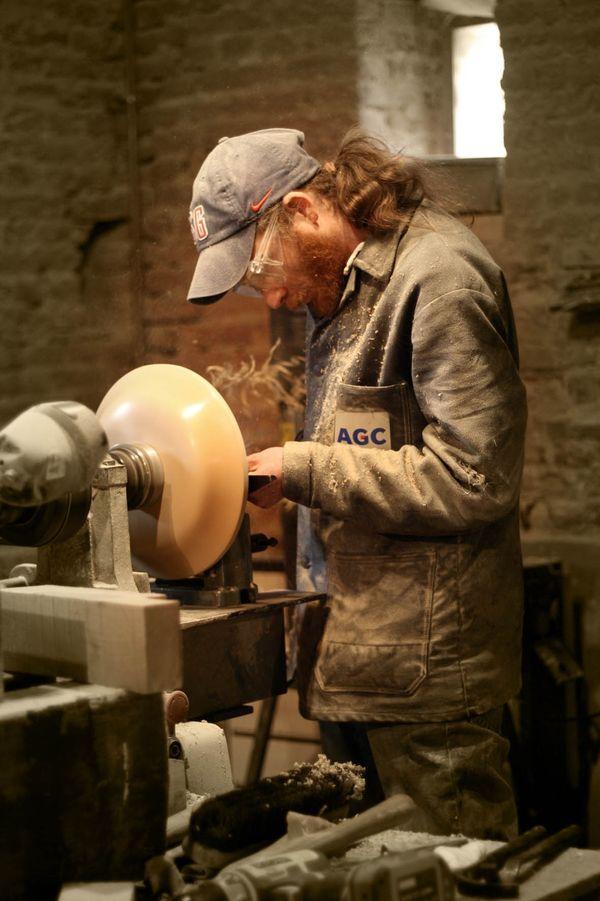 Des démonstrations de tournage sur bois sont proposées au musée des Bois jolis de Felleries