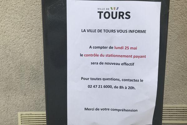 Affiche collée sur les horodateurs à Tours annonçant la fin de la gratuité du stationnement