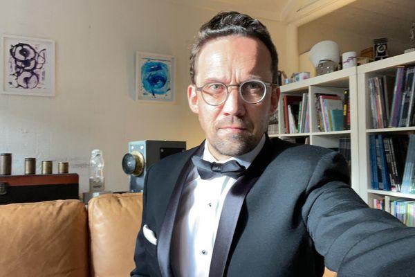 Frédéric Thoraval, fin prêt pour la cérémonie des BAFTA, en smoking dans son salon à 7h30 du matin.