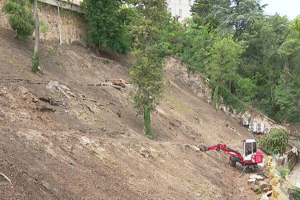 Lyon 5e : une trentaine d'arbres abattus sur la balme de Fourvière, Espace boisé classé ... La terrasse aujourd'hui après le passage des tronçonneuses et engins de chantier - juillet 2021
