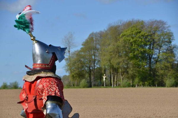 Aymeric Savary, alias Le Gallois de Fougières, sur le site de la bataille d'Azincourt.