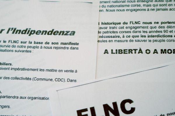"""Ces tracts ont été distribués lundi 30 septembre 2019 lors d'une conférence de presse clandestine où cinq personnes cagoulées ont revendiqué la """"reconstitution"""" du Front de Libération Nationale de la Corse."""